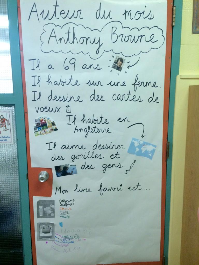 C'est Julie Robert qui m'a inspiré l'idée d'utiliser sa porte de classe pour annoncer l'auteur du mois.